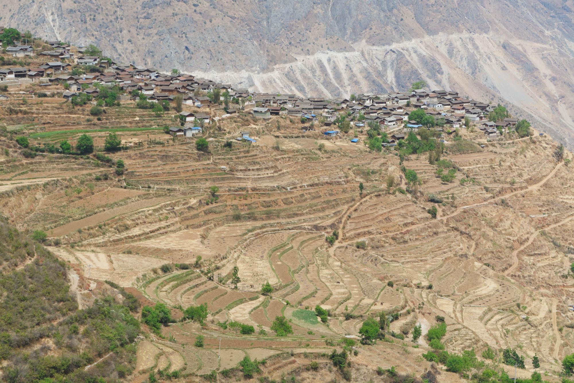 Village de Wumu sur un éperon rocheux