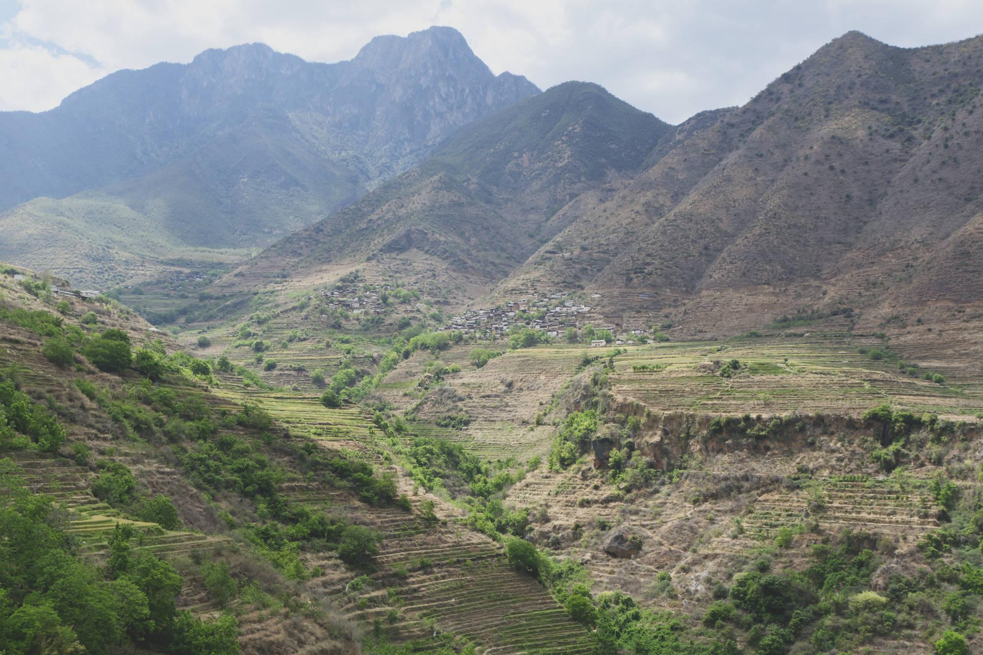 Montagne et cultures en terrasses au-dessus de Baoshan