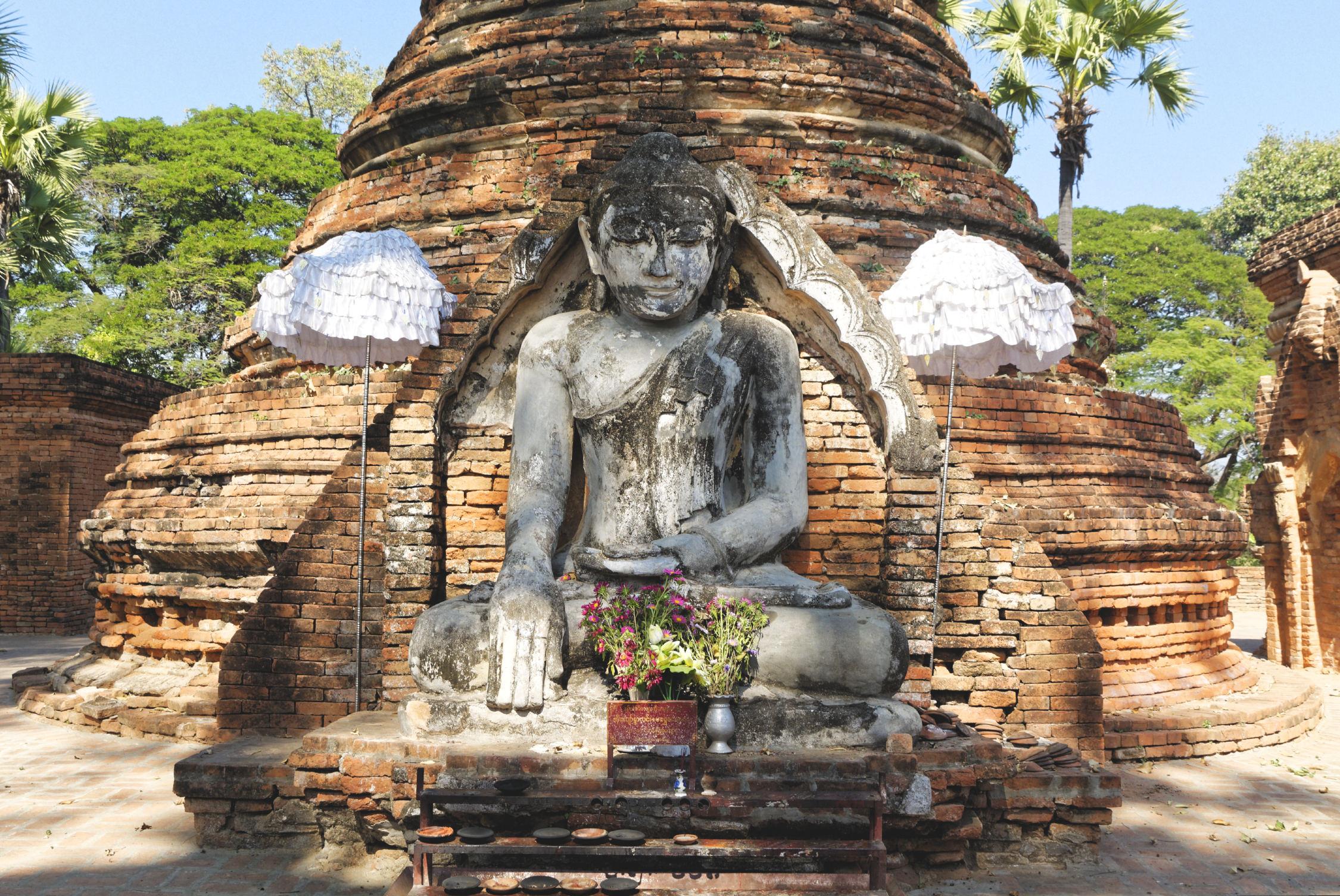 Bouddha et stupa de brique Inwa
