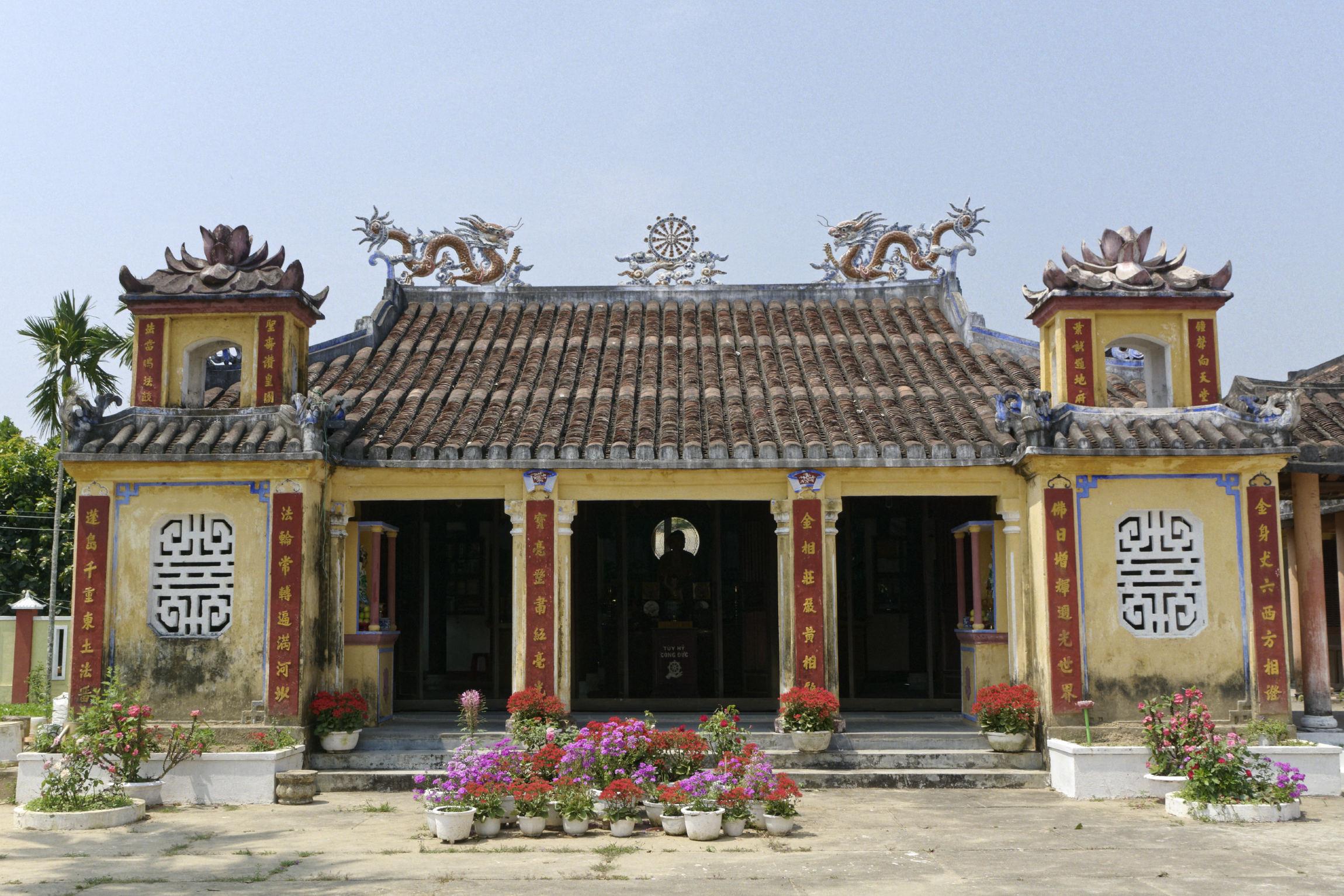 Temple et fleurs
