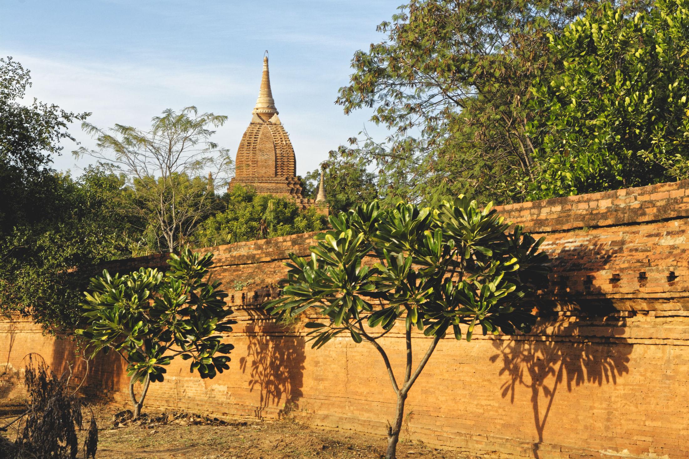 Temple et mur de pierre au coucher du soleil