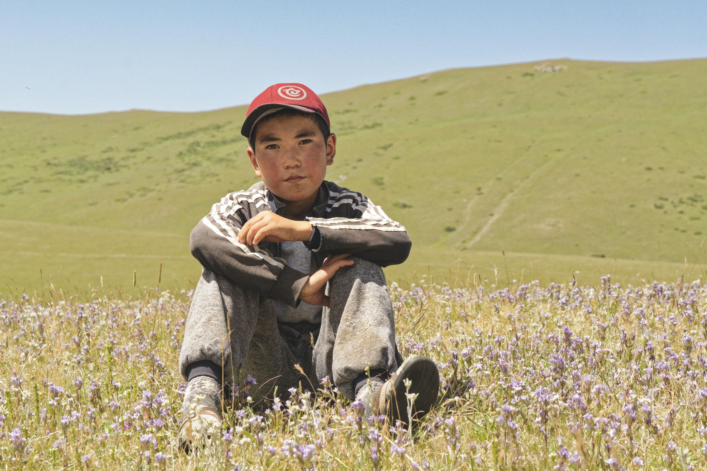 Enfant au milieu des fleurs Bosogo jailoo Kirghizstan