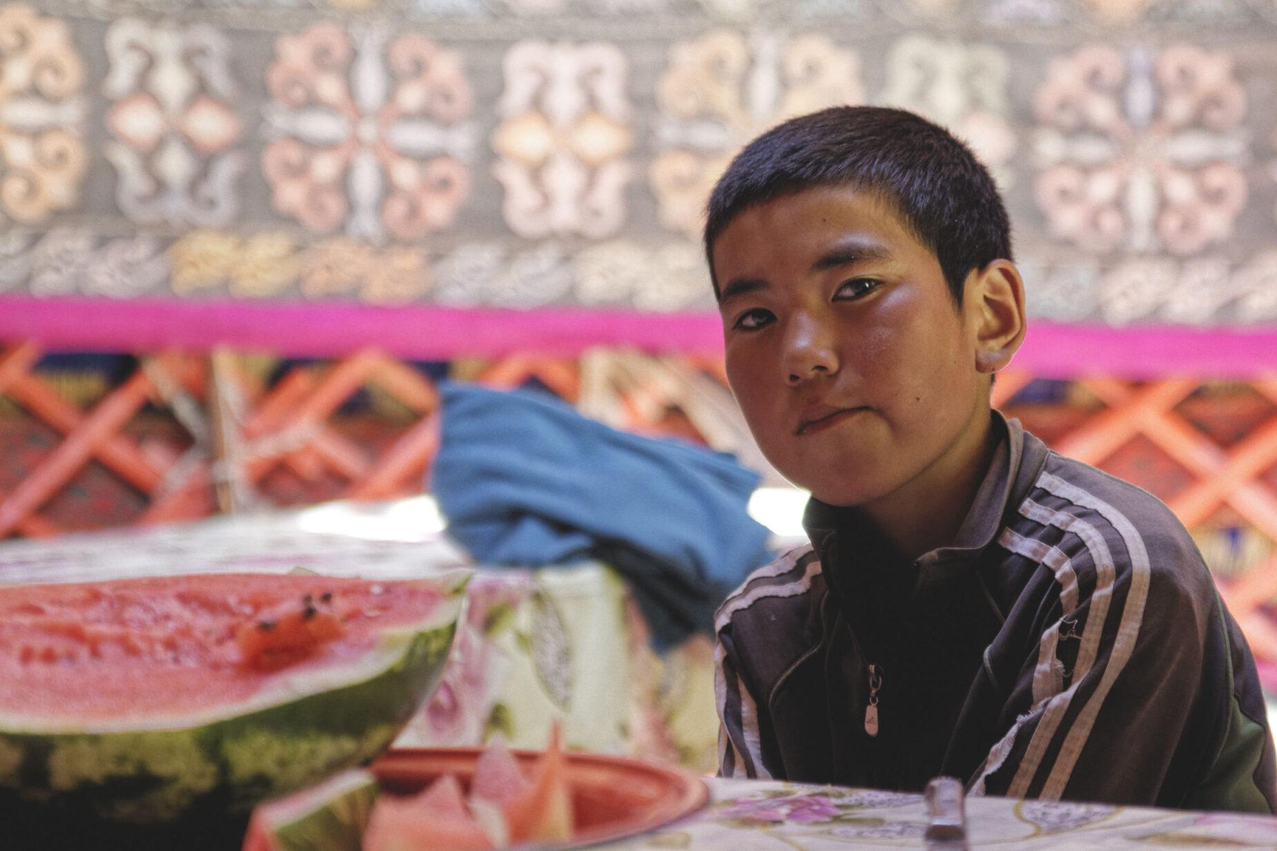 Jeune garçon et pastèque Kirghizstan