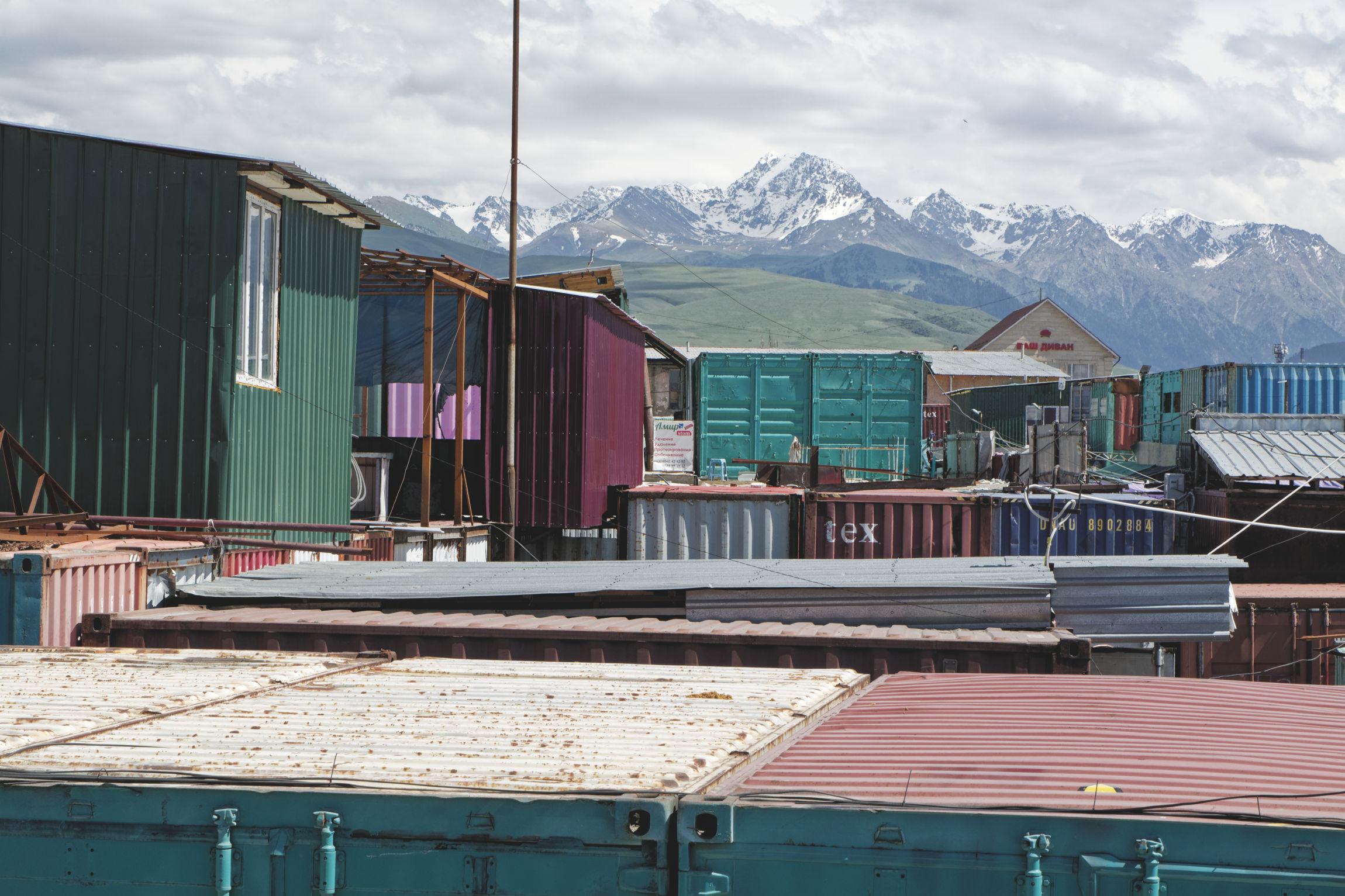 Big bazaar Karakol container et montagnes