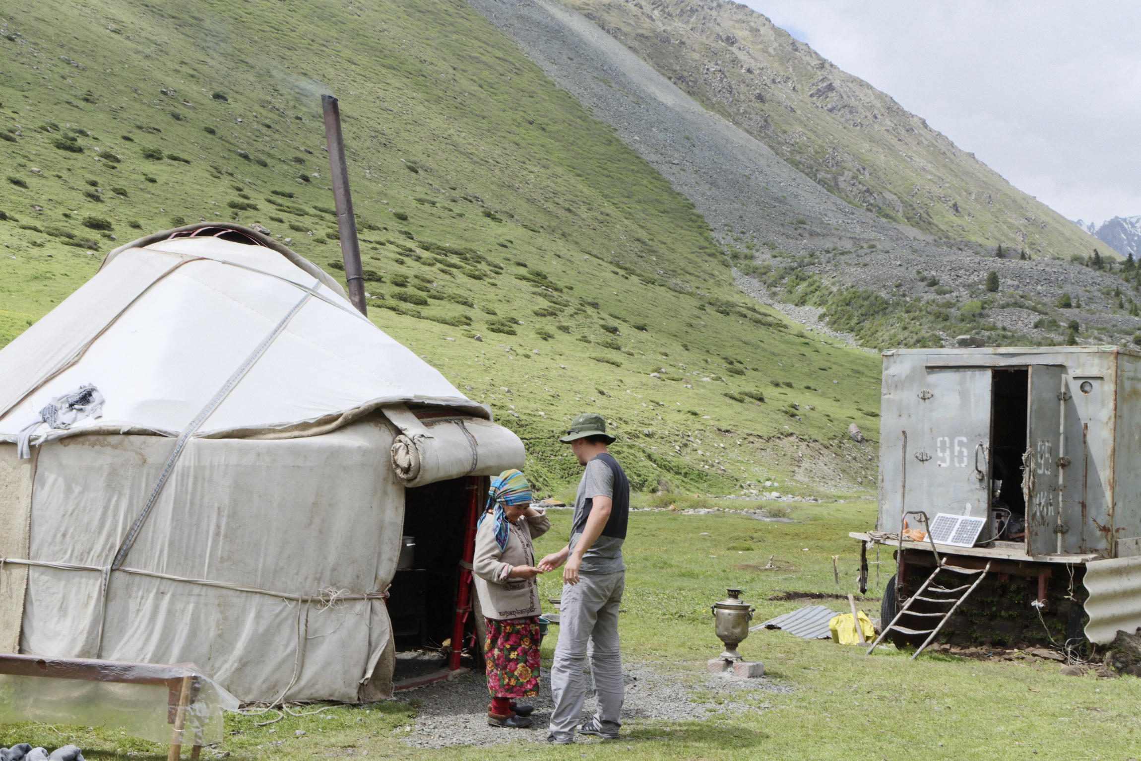 Achat de kumys dans une yourte Kirghizstan