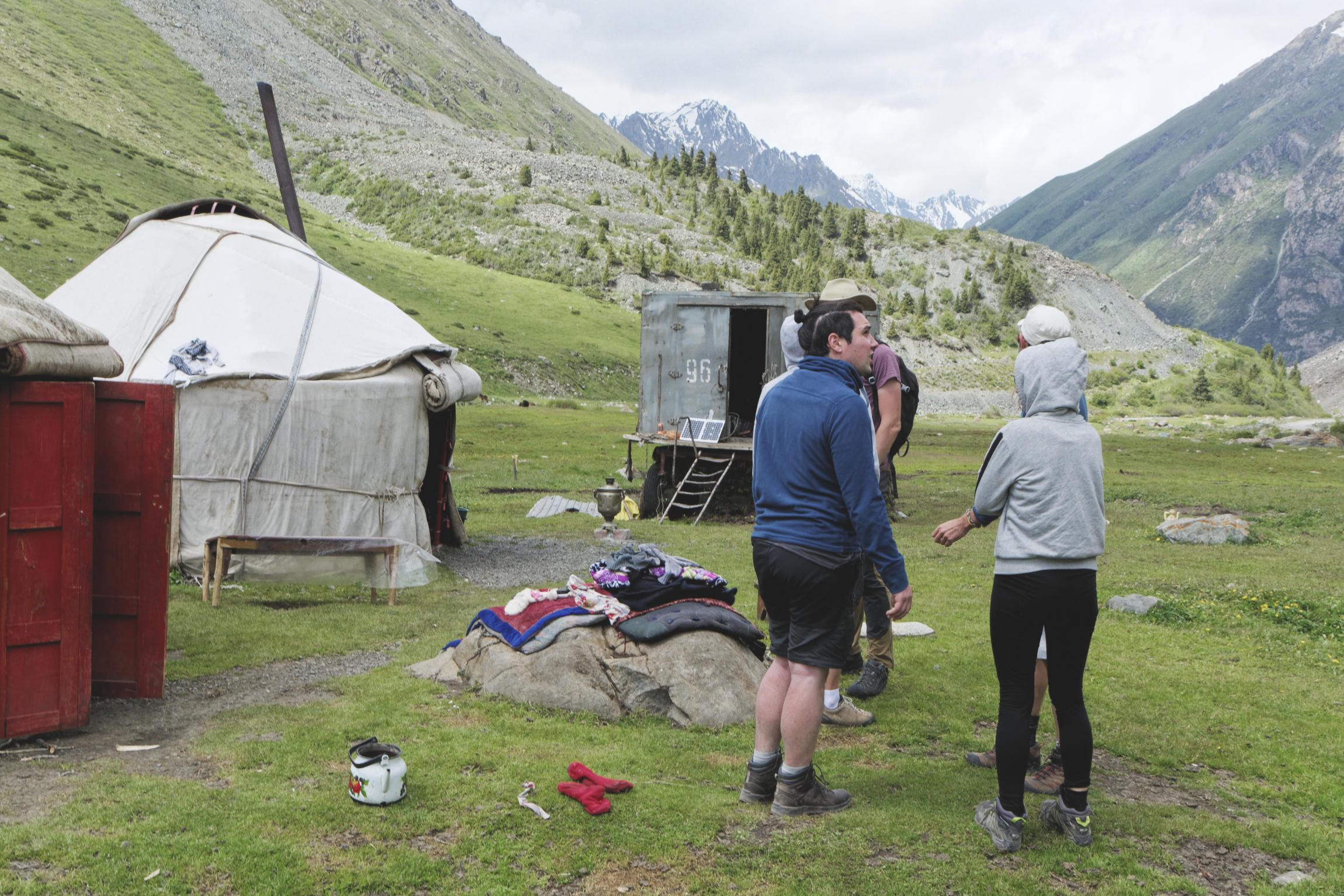 Groupe devant les yourtes Kirghizstan