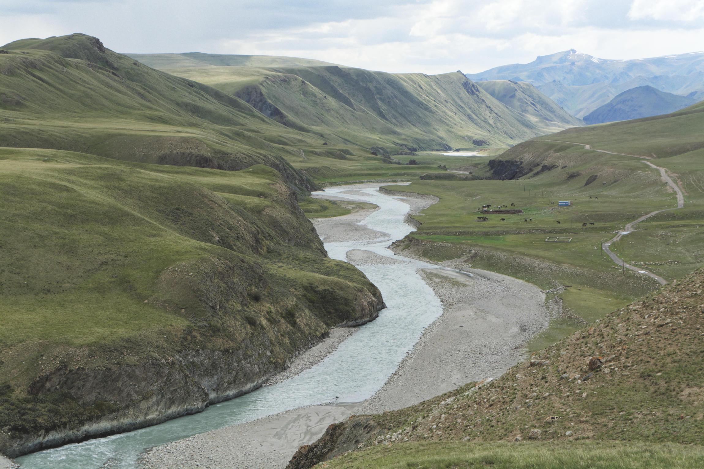 Eshkeli Tash Kirghizstan rivière et troupeau