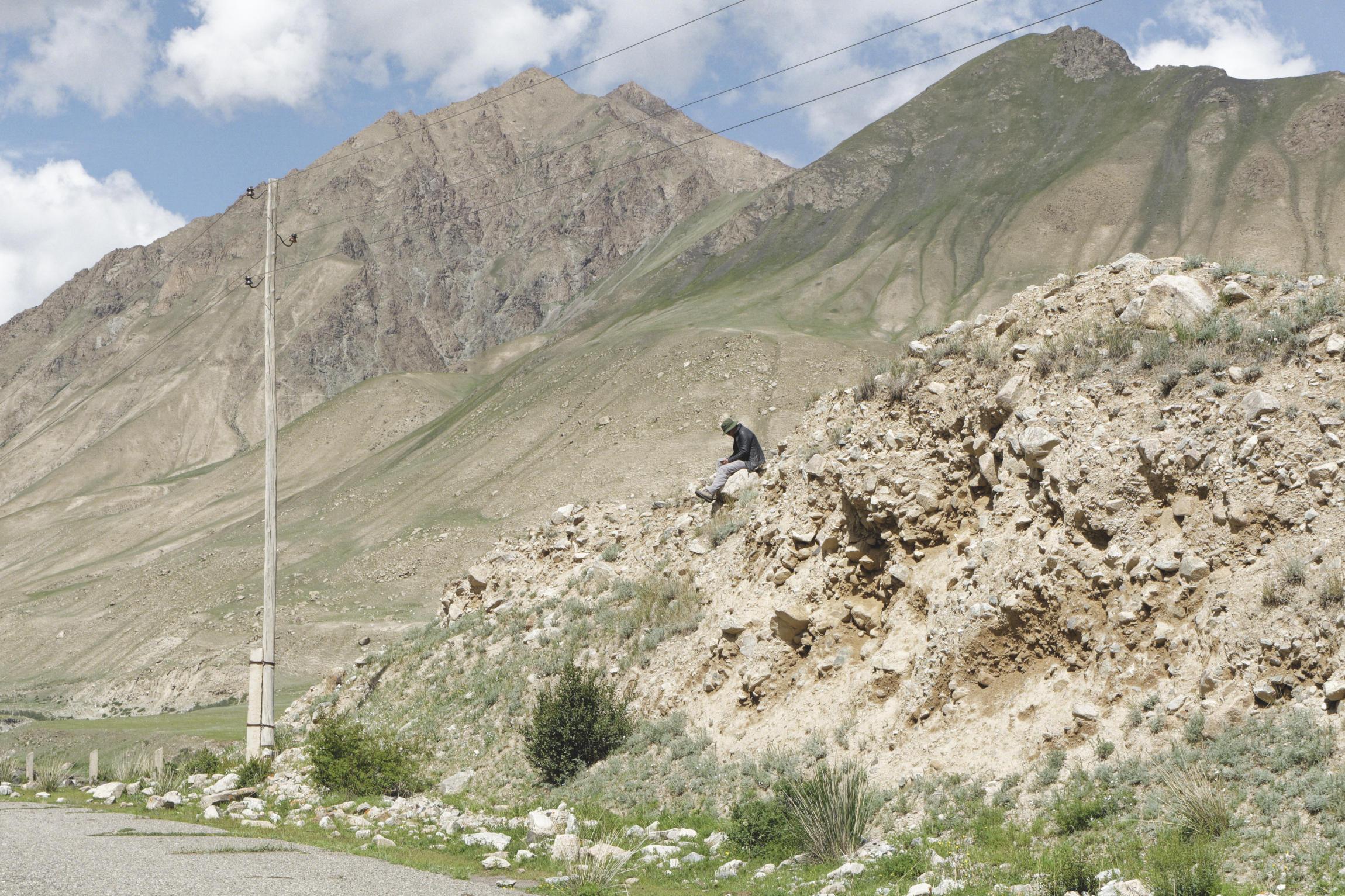 Attente en bord de route, montagnes dans le lointain Kirghizstan