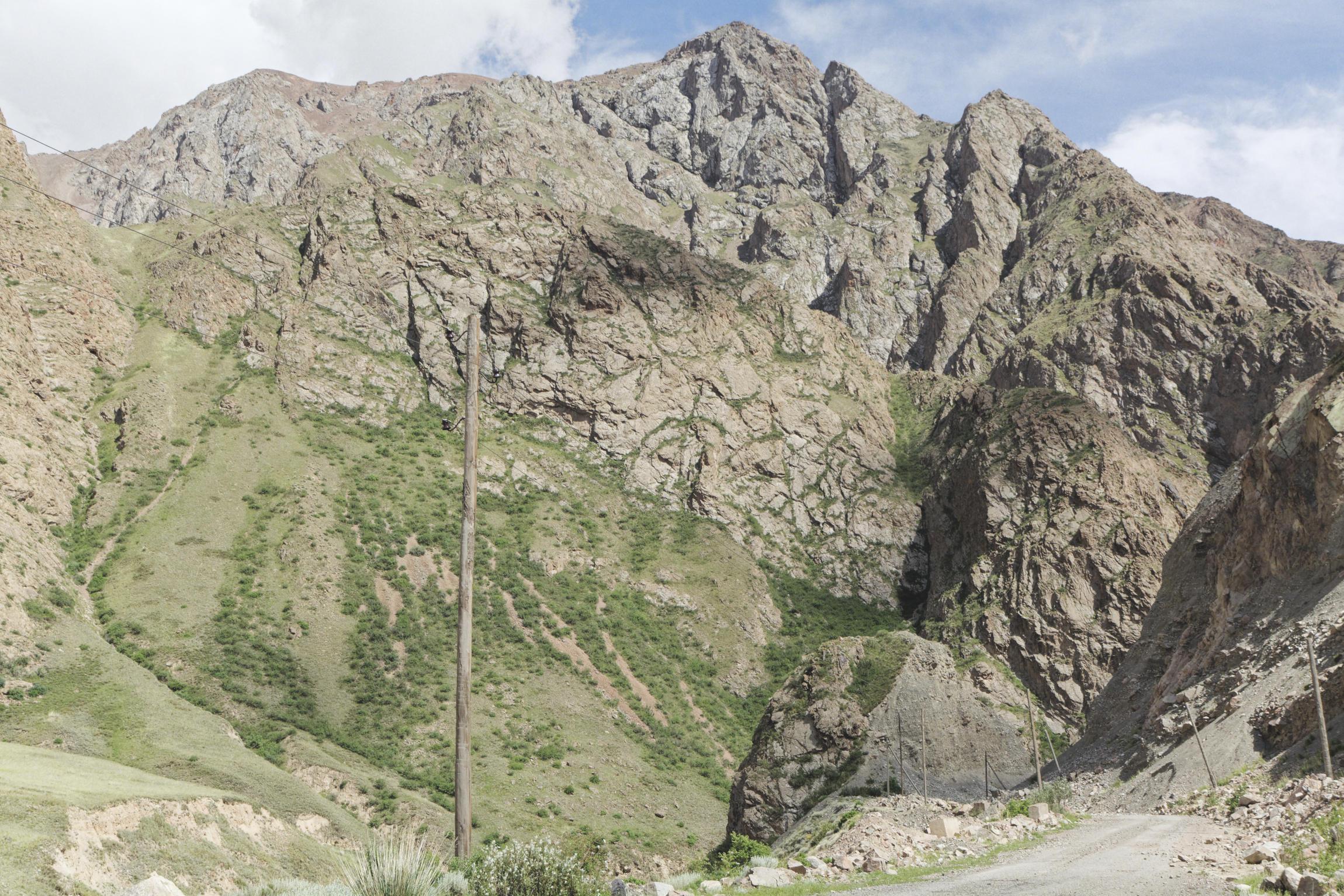 Route et montagne dans la région d'Inylchek Kirghizstan