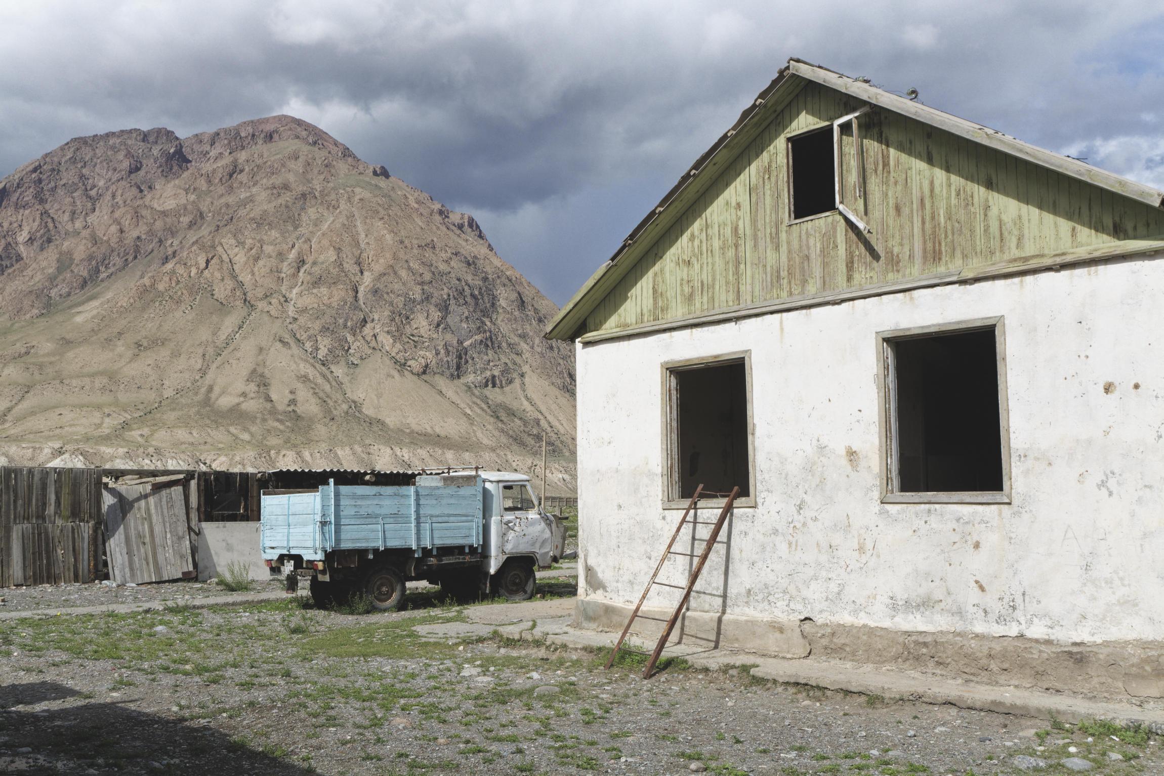 Maison et camion Enilchek Kirghizstan