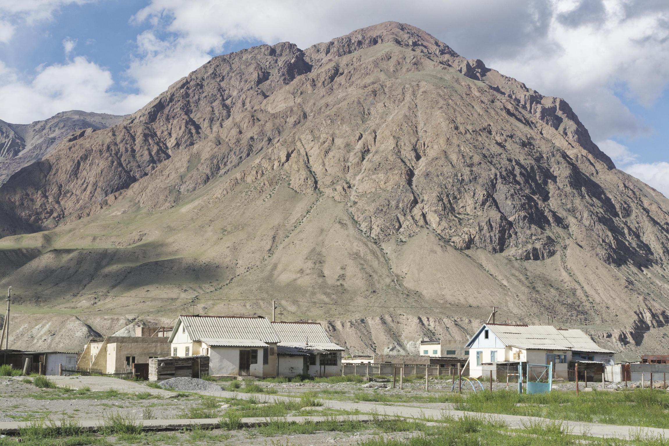 Montagne et ville d'Enilchek Kirghizstan
