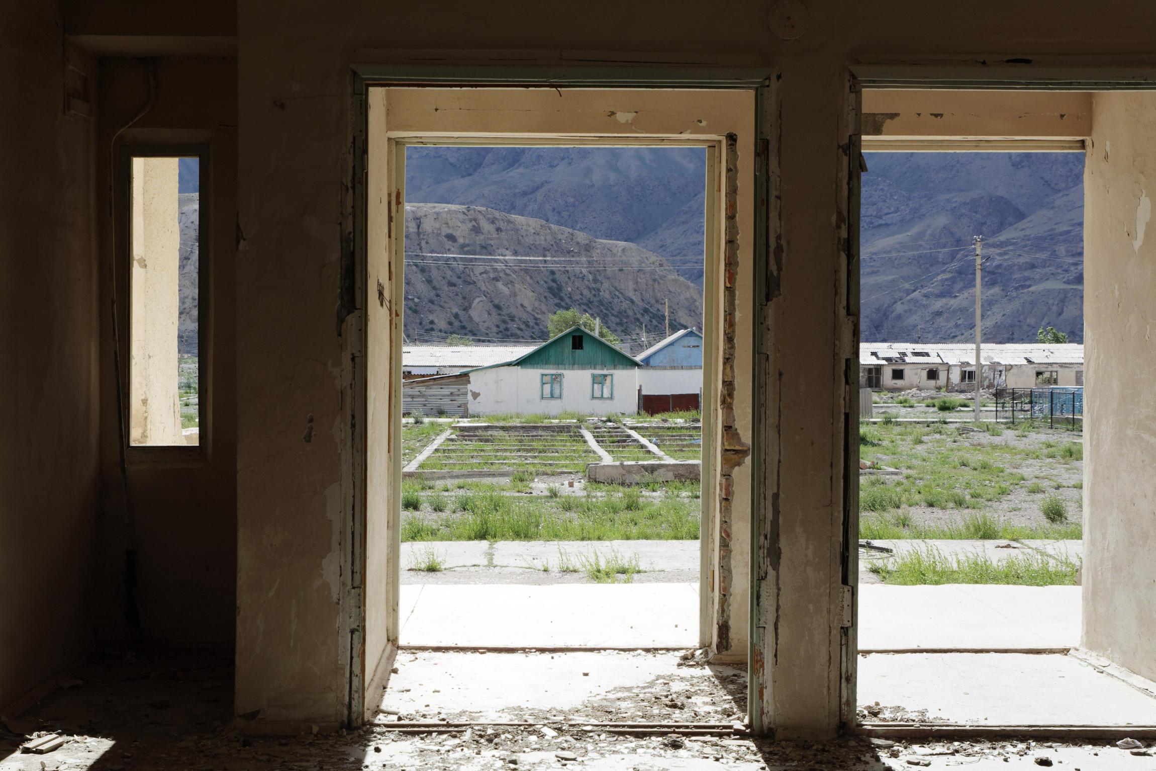 Vue sur les maisons d'Enilchek depuis un bâtiment en ruine Kirghizstan