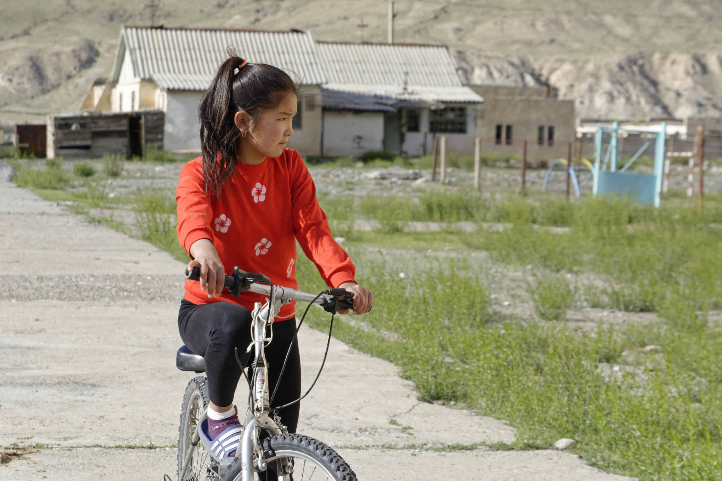 Fillette sur un vélo Inylchek Kirghizstan
