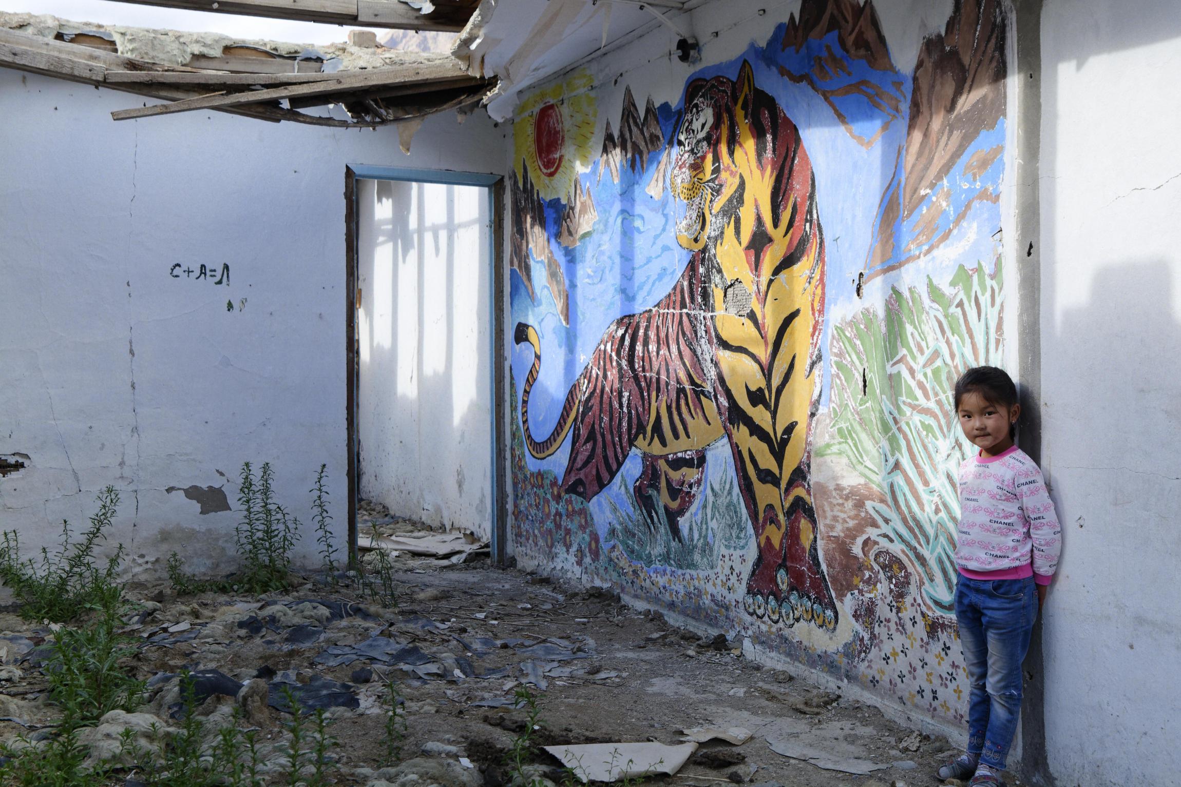 Peinture de tigre et fillette Inylchek Kirghizstan
