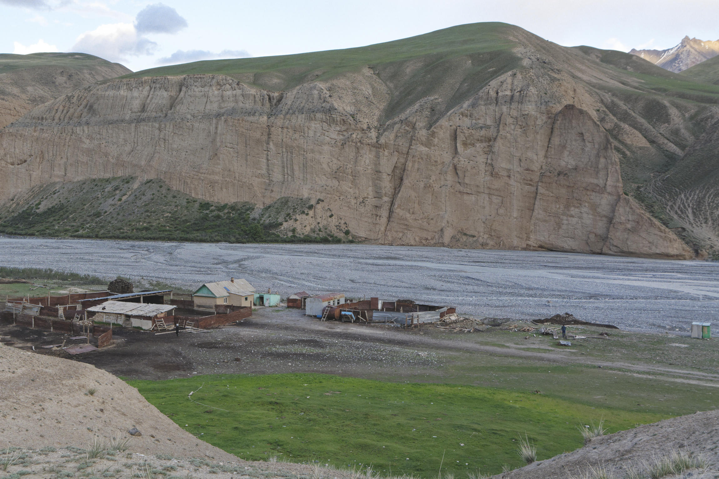 Ferme, falaises et rivière vallée de Kaindy Kirghizstan