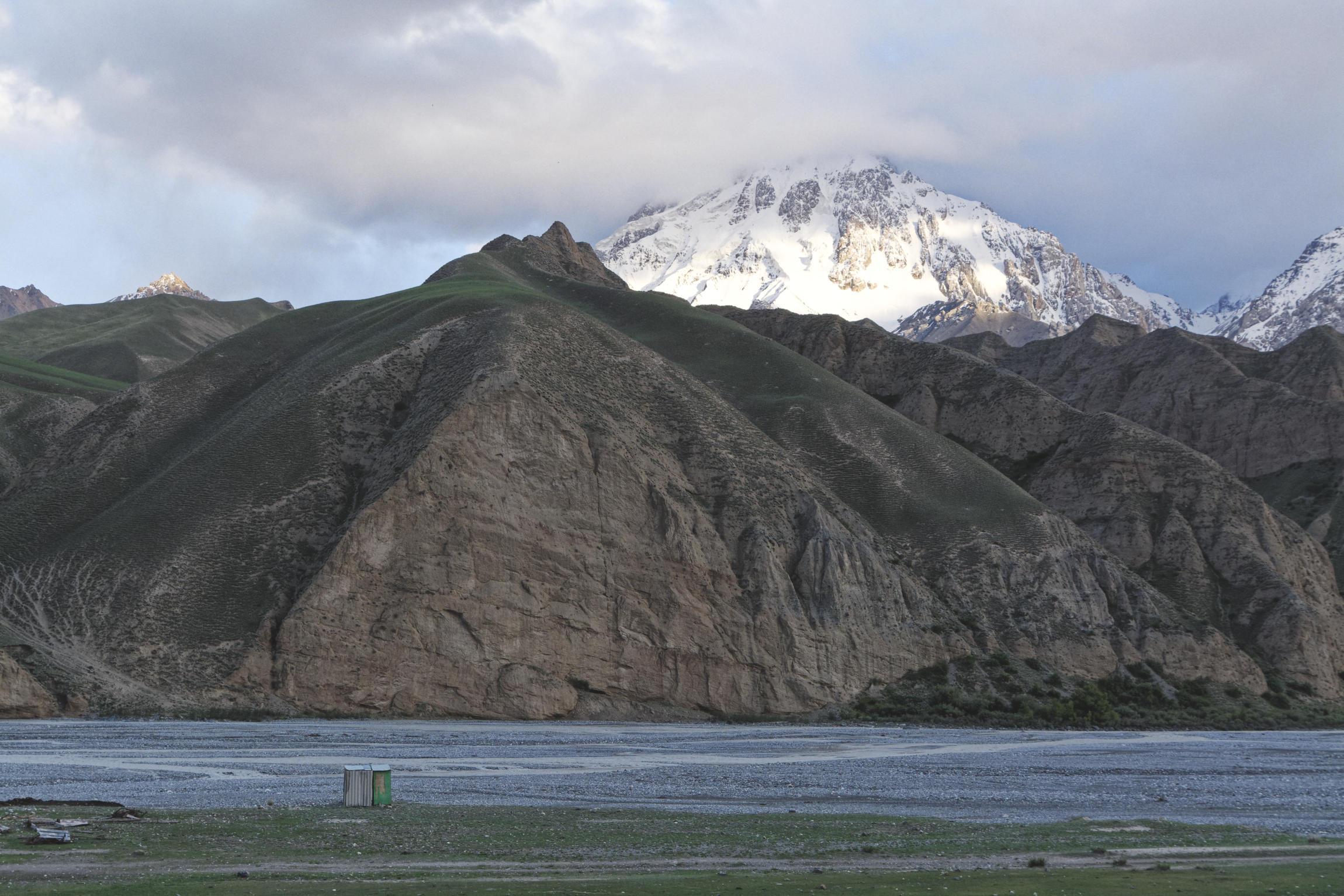 Rivière et montagnes vallée de Kaindy Kirghizstan