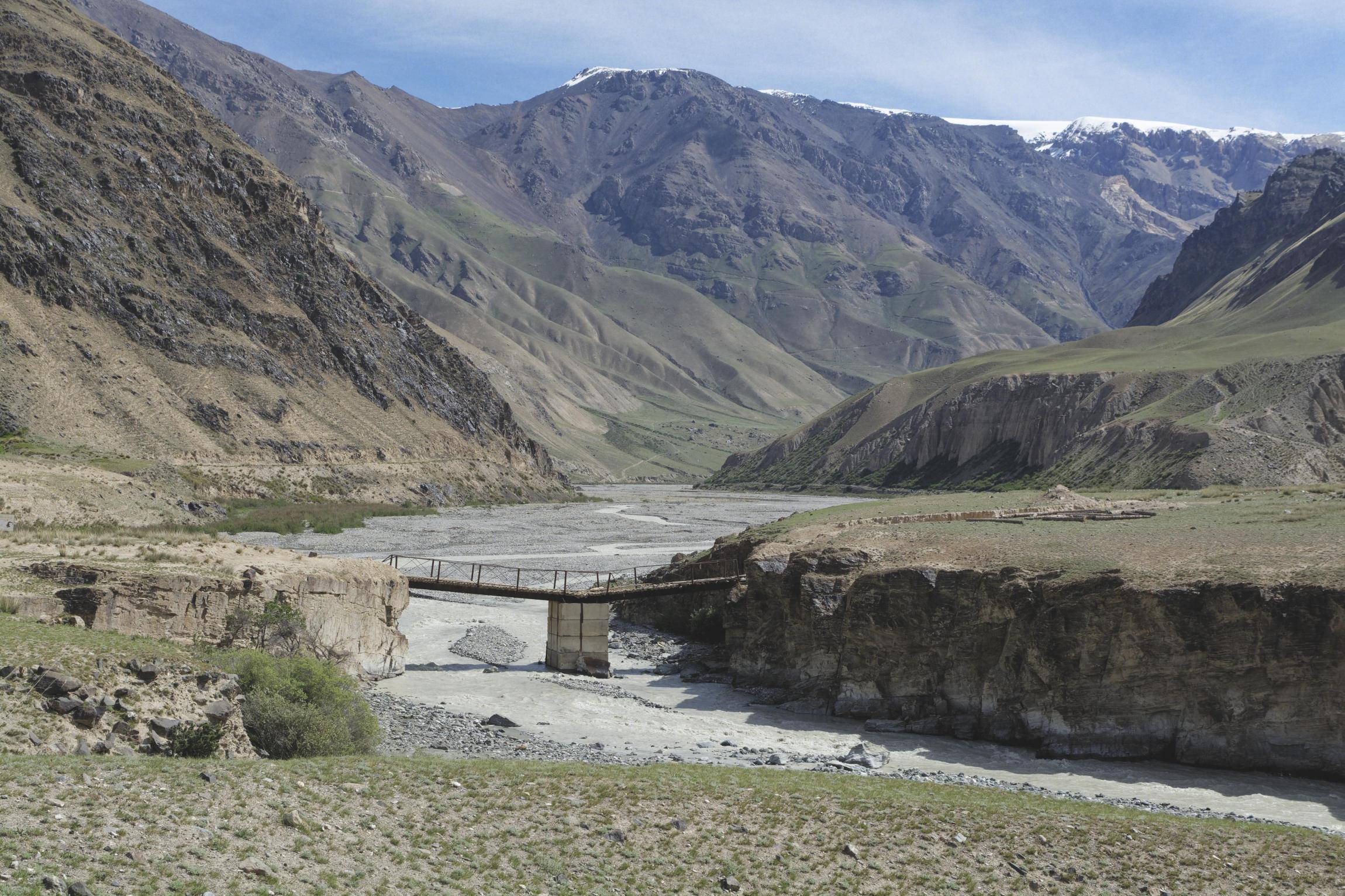 Pont sur la rivière vallée de Kaindy Kirghizstan