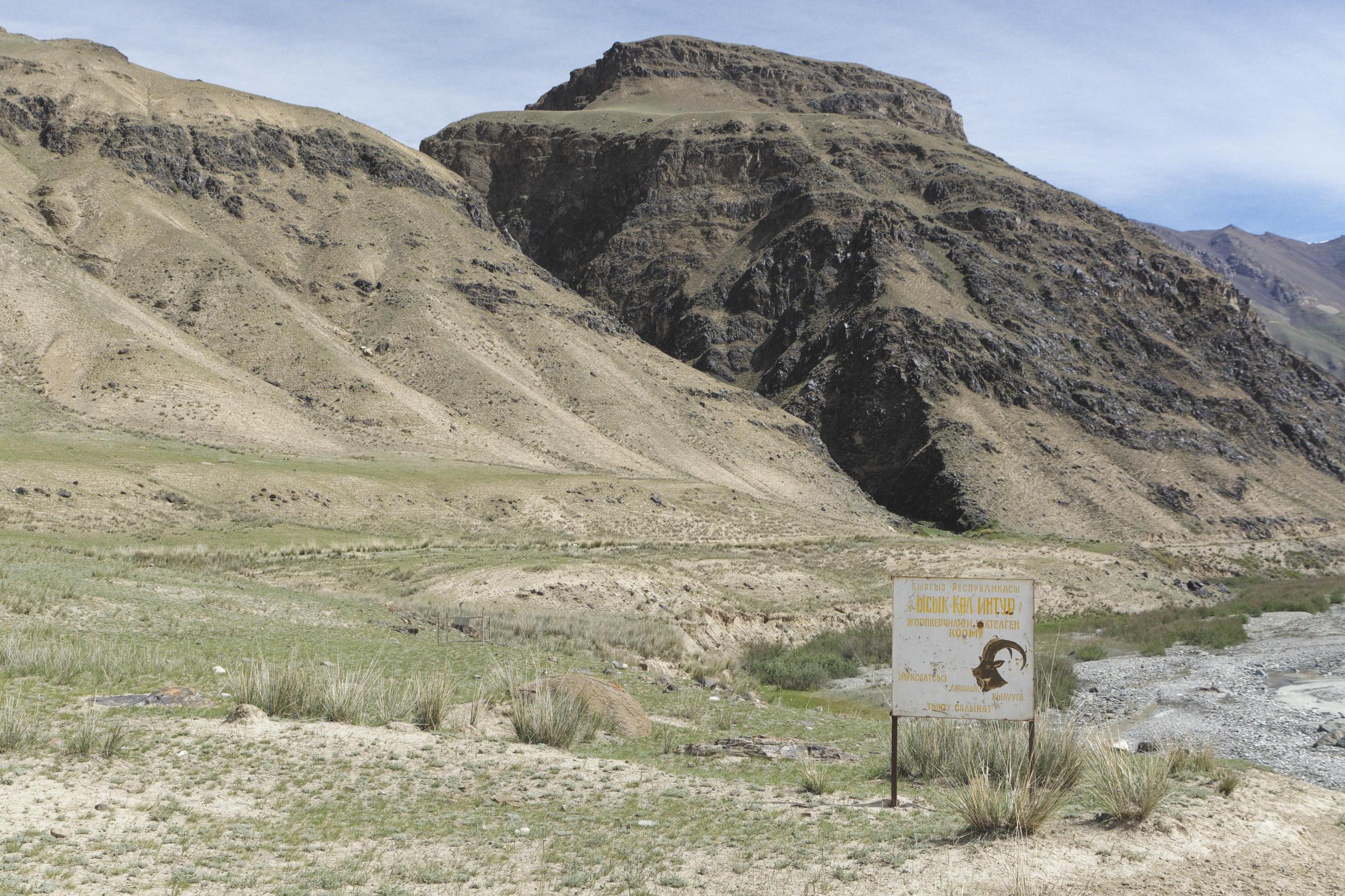 Entrée dans le parc, panneau avec tête de mouflon vallée de Kaindy Kirghizstan