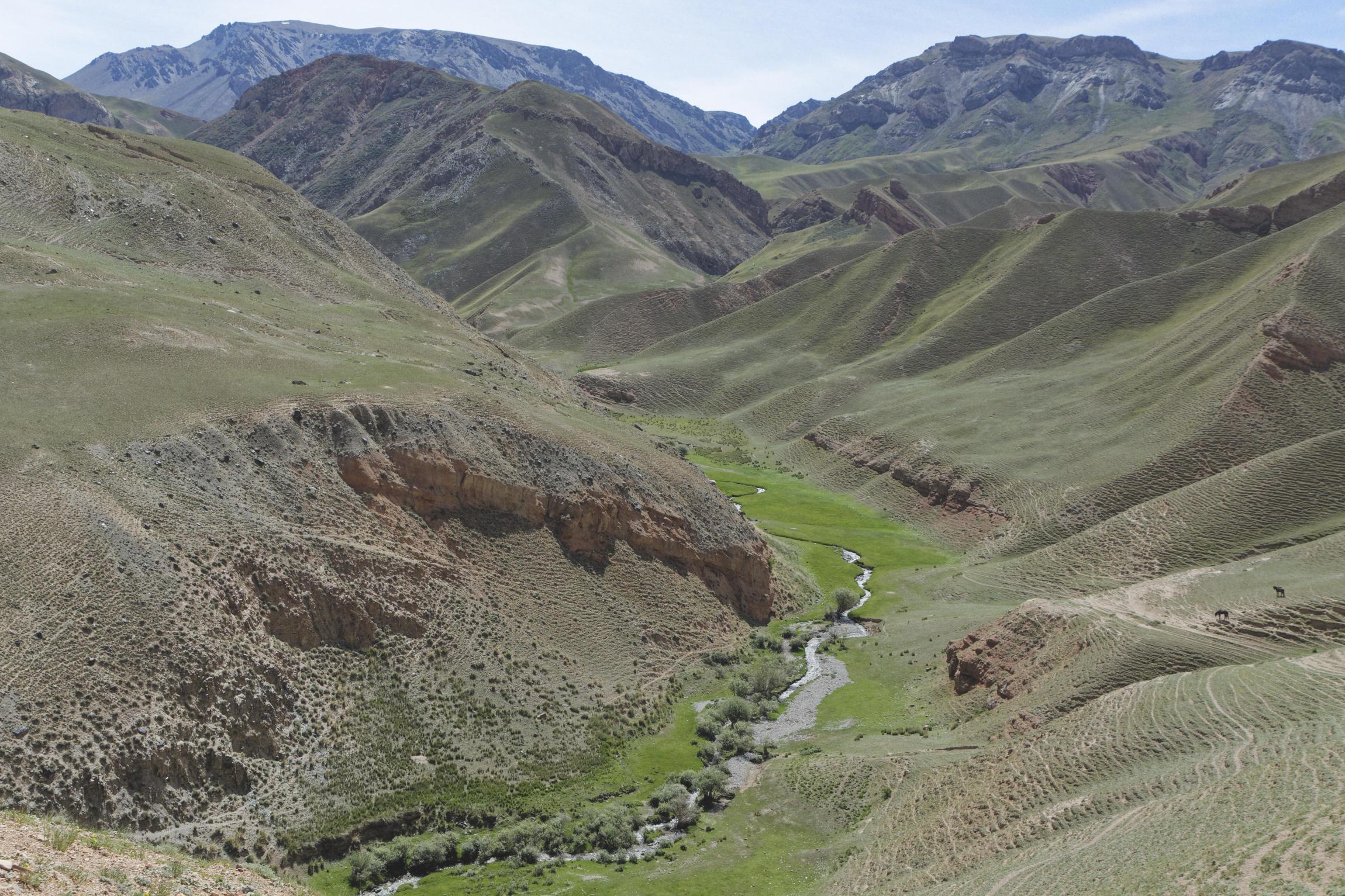 Rivière en fond de vallée Kirghizstan