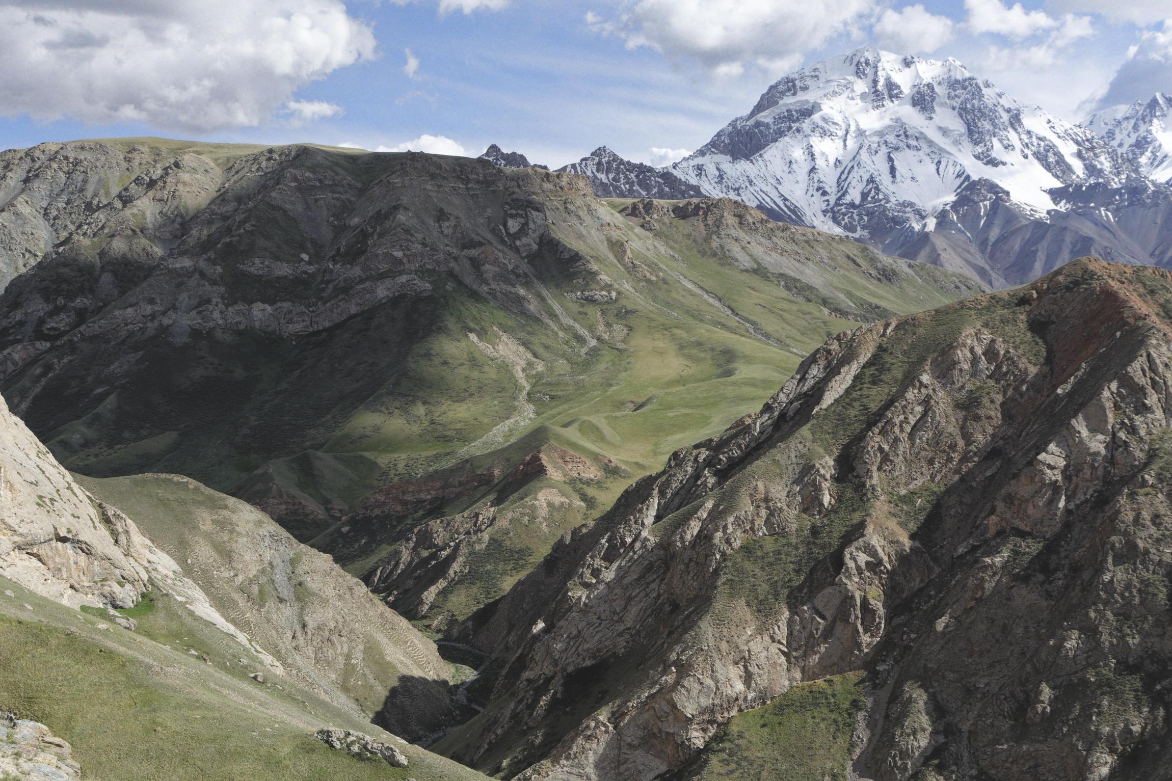 Vallée encaissée et glacier région d'Inlychek Kirghizstan