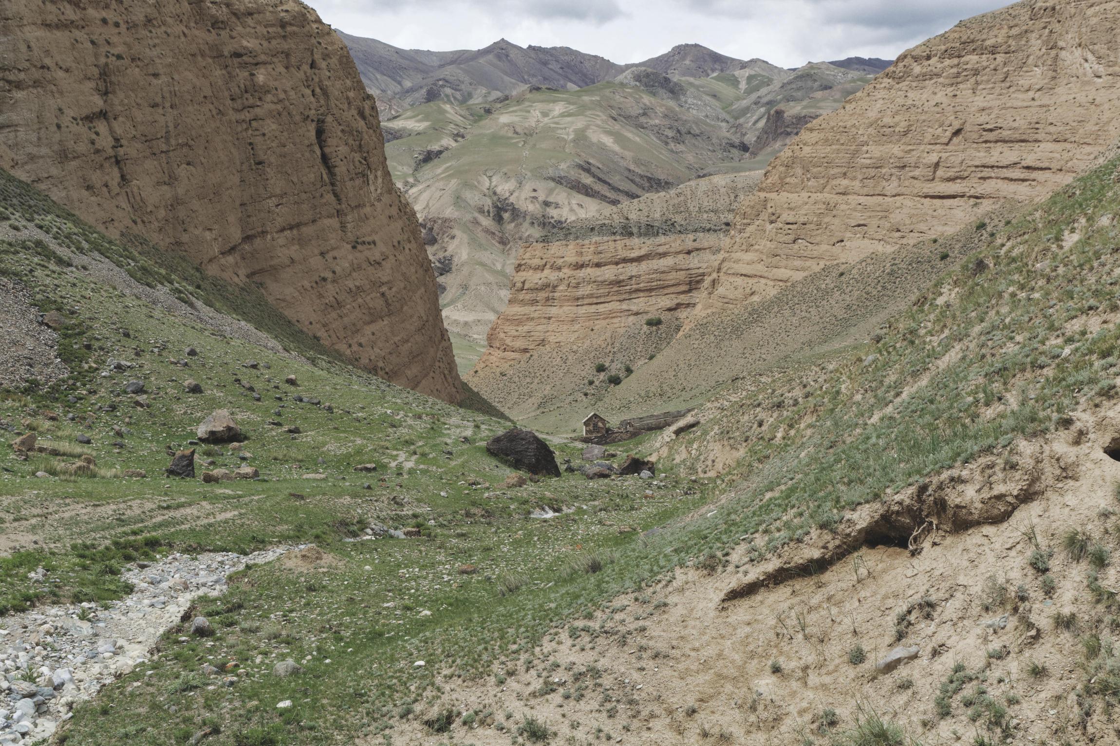 Cabane au fond d'une gorge vallée de Kaindy Kirghizstan
