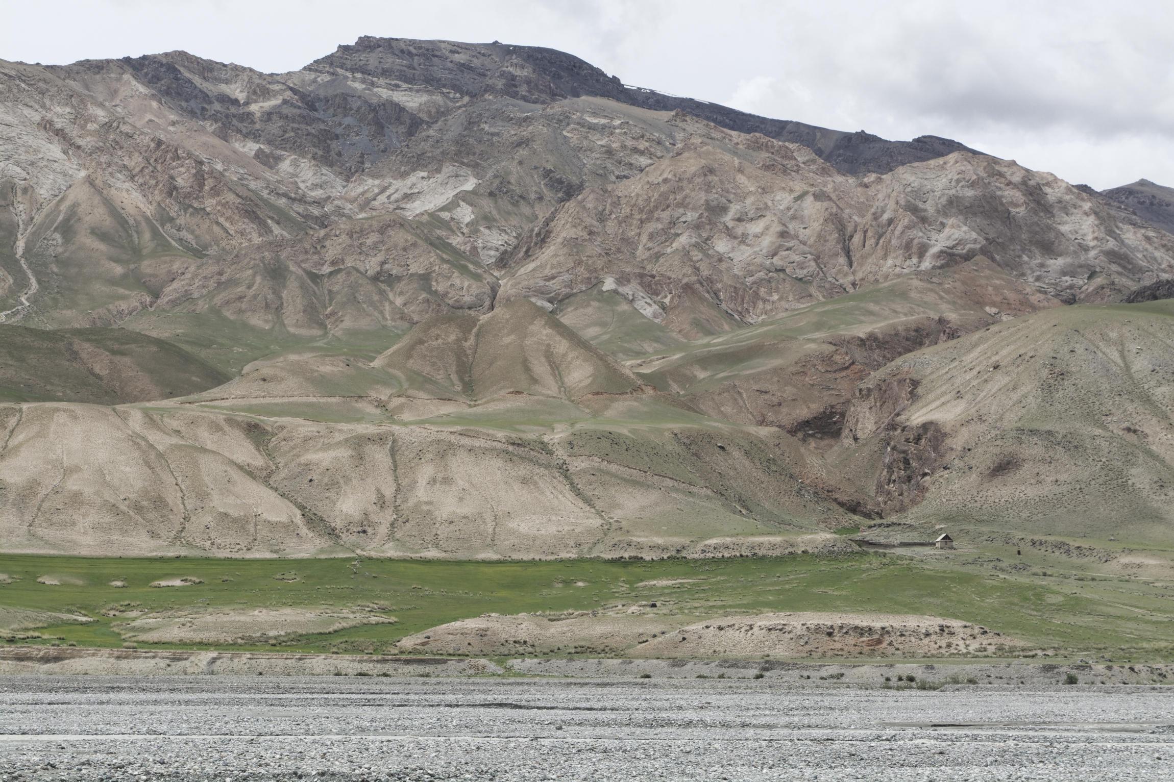 Cabane au pied des montagnes vallée de Kaindy Kirghizstan