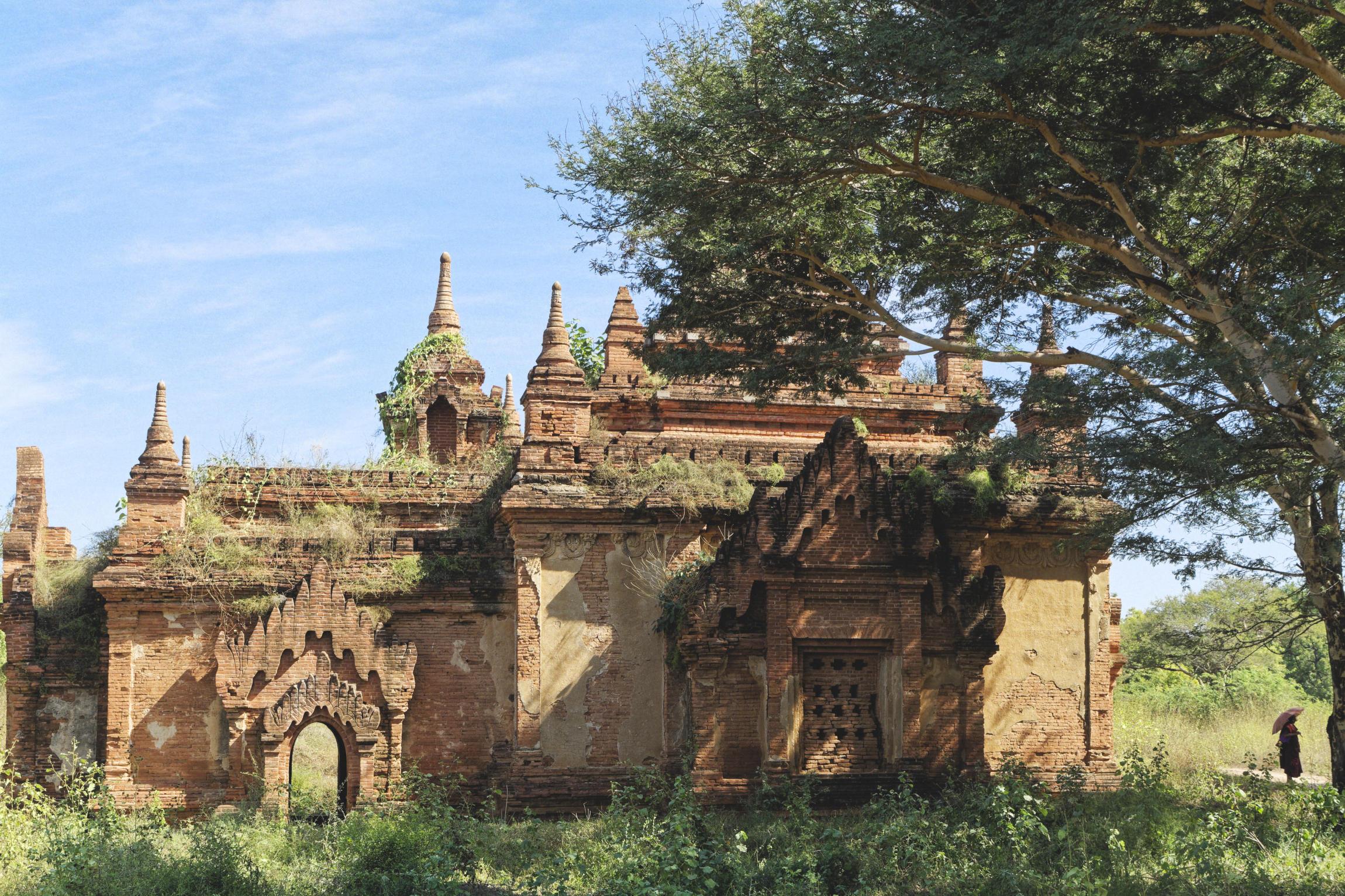 Temple Bagan et silhouette portant une ombrelle