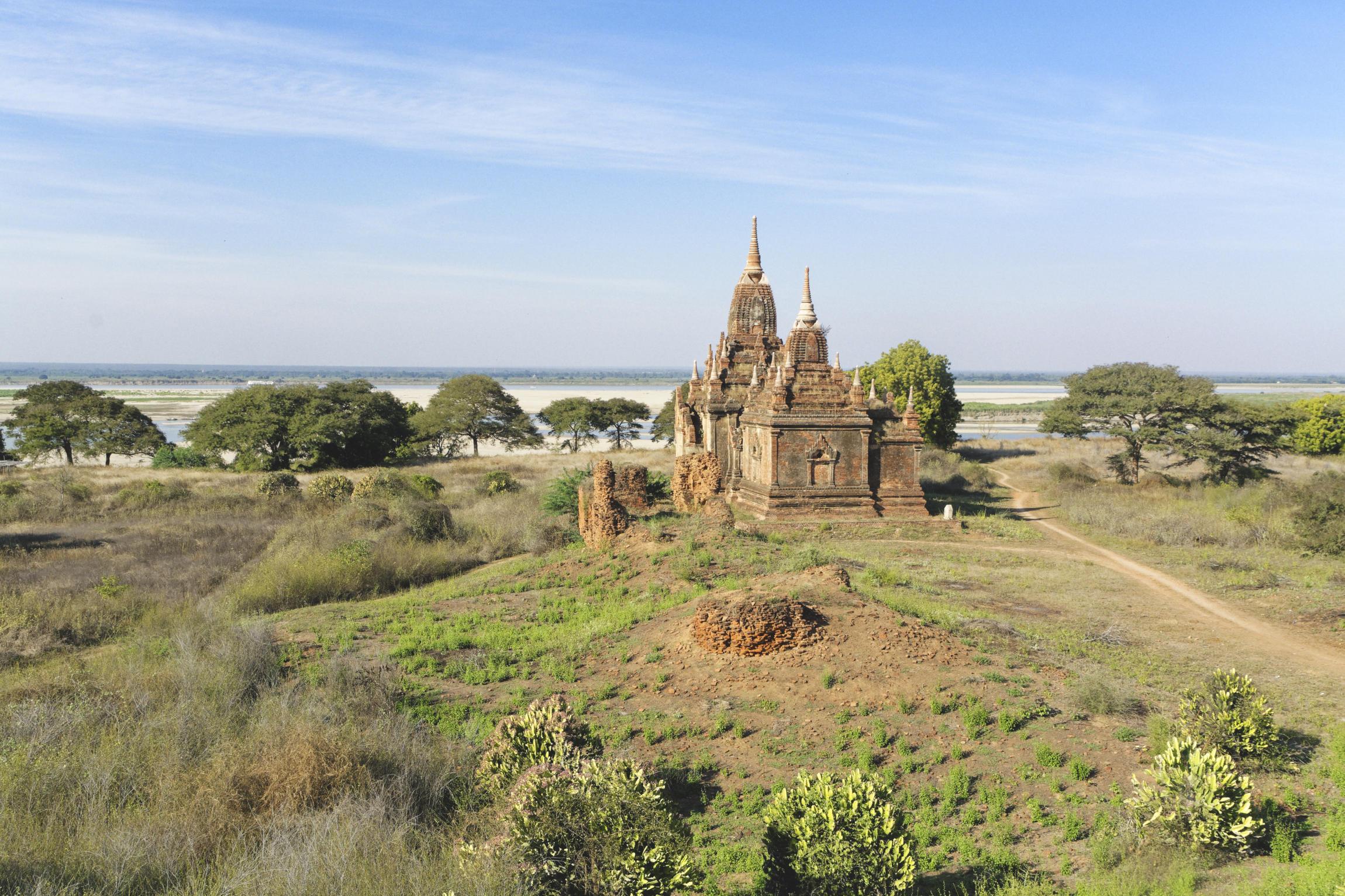 Temple Bagan surplombant l'Irrawaddy