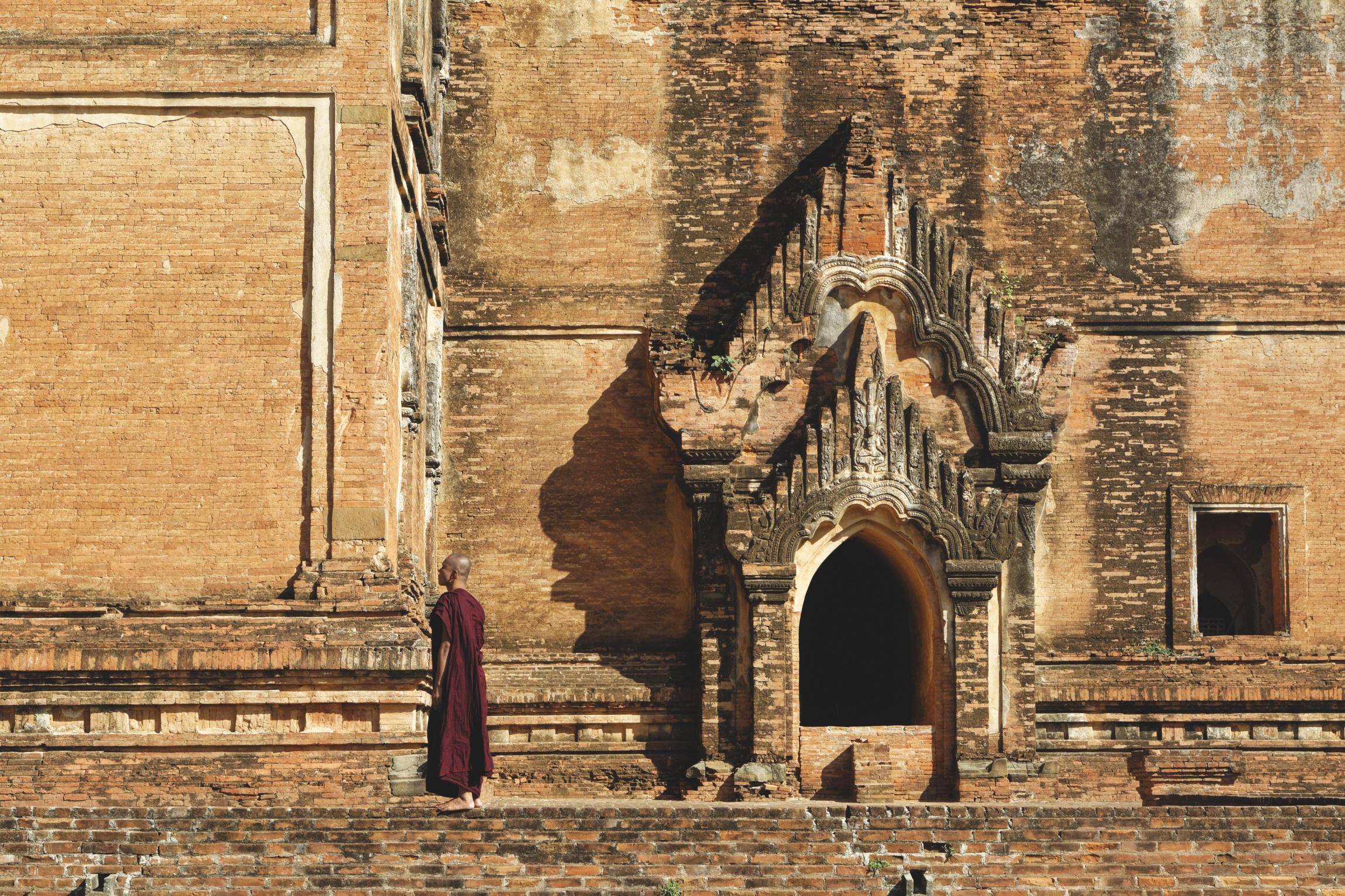 Bonze devant un temple de Bagan