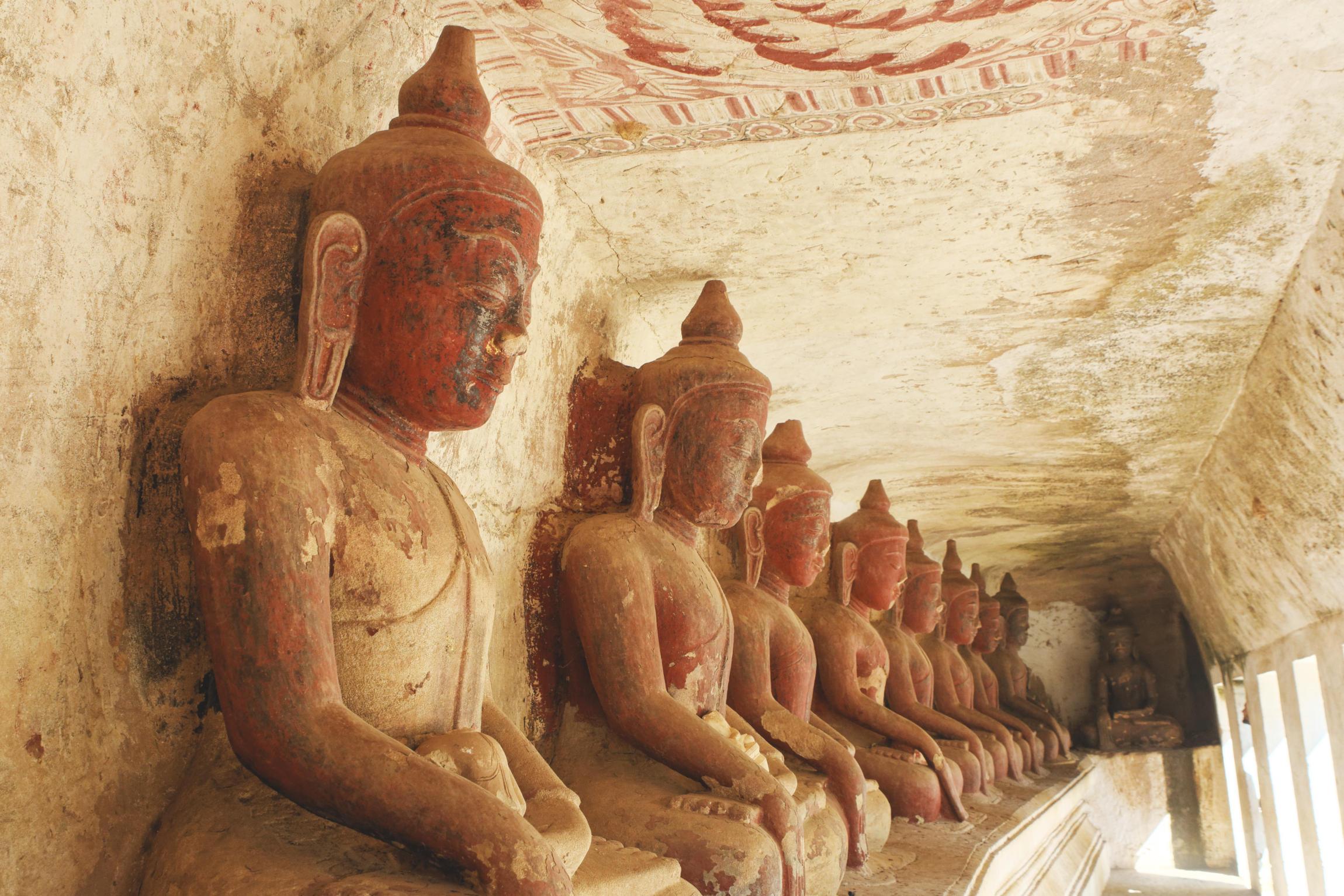 Po Win Taung : rangée de bouddhas
