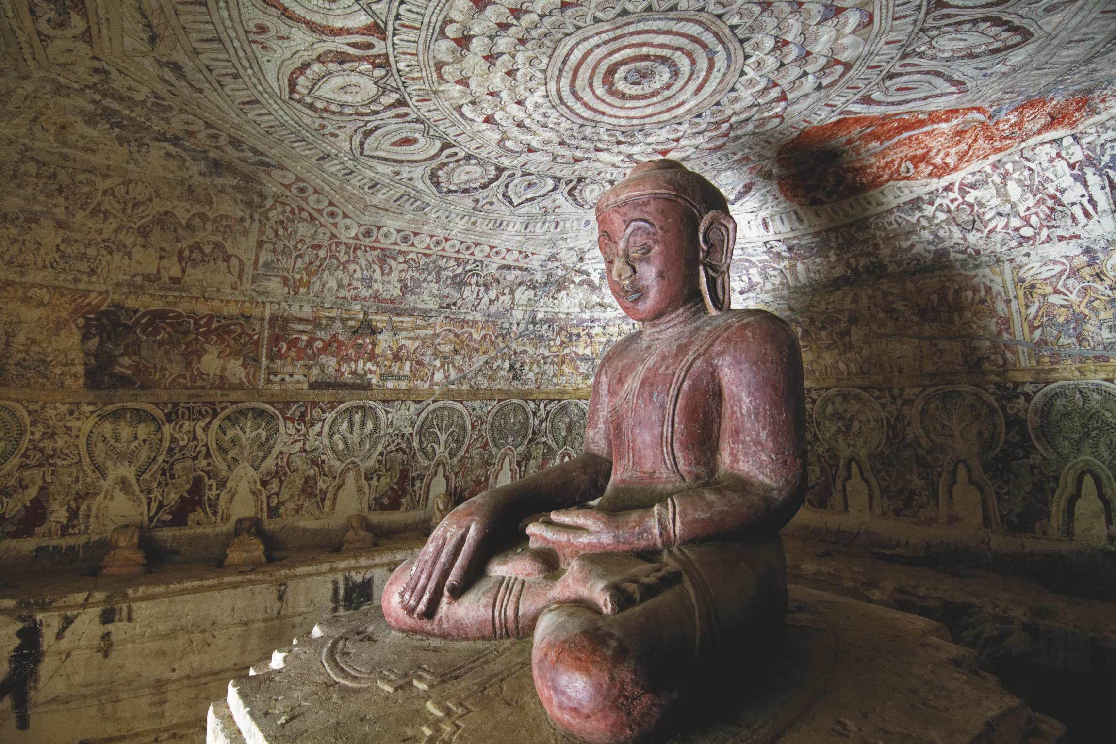 Po Win Taung : statue du Bouddha et peintures