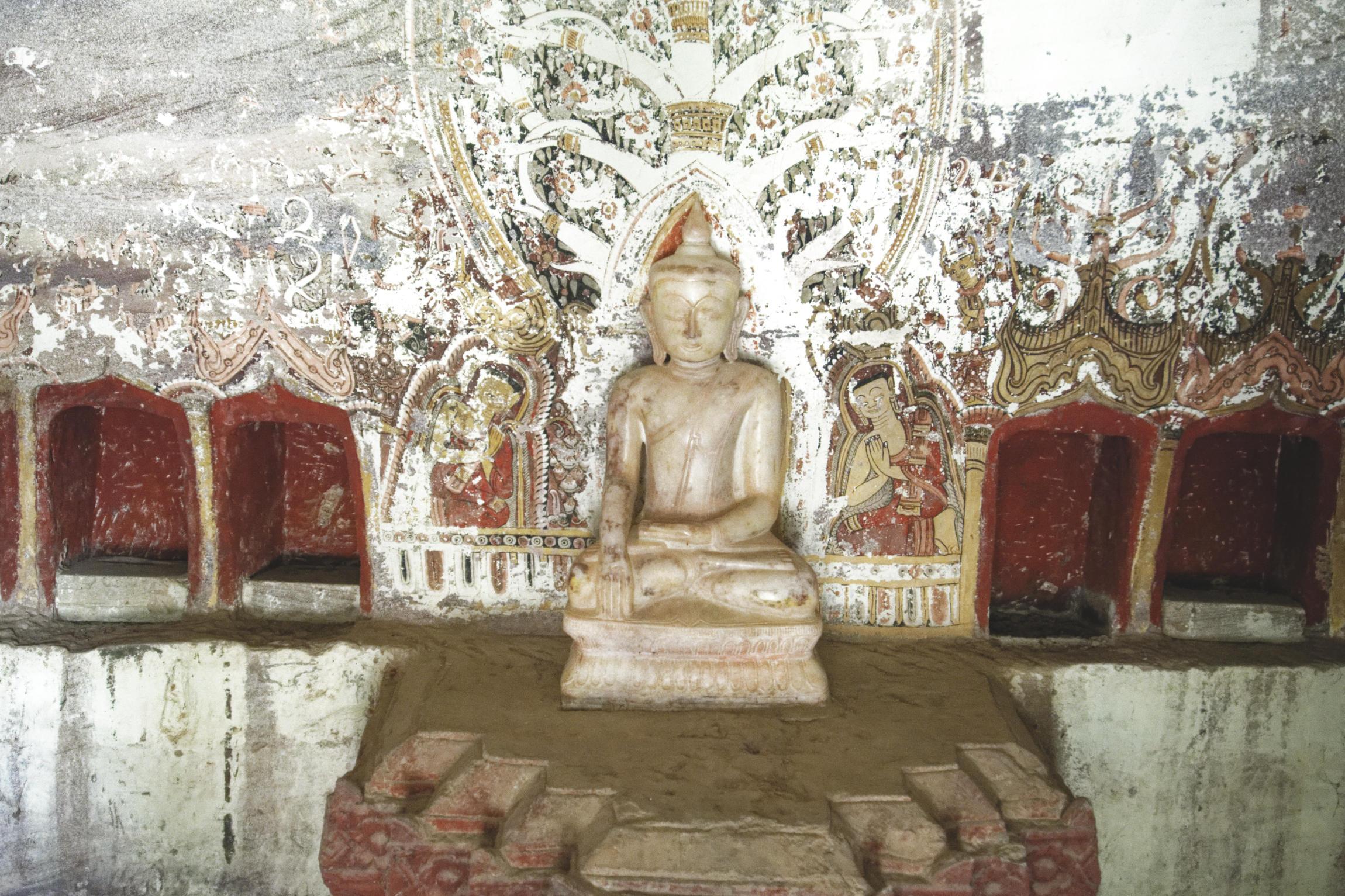 Po Win Taung : statuette du Bouddha et peintures